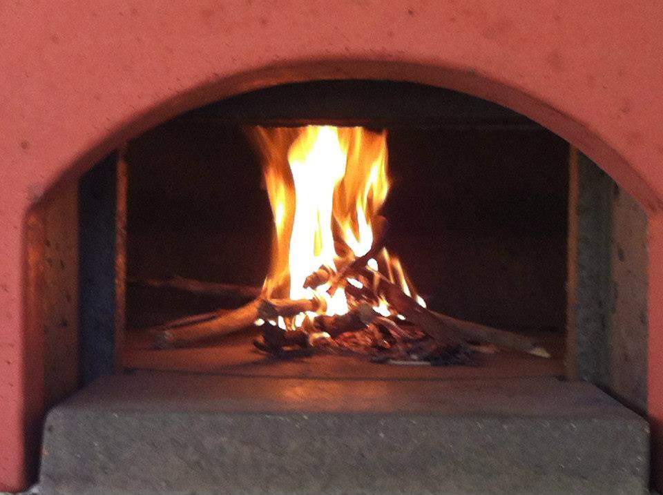 Rozloženie ohňa v peci na pizzu
